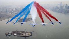 Les avions de la Patrouille de France, redécorés en hommage aux couleurs américaines, ont survolé la pointe sud de Manhattan et lâché leurs fumées bleu blanc rouge au-dessus de la Statue de la Liberté, pour la première grande tournée américaine de la célèbre formation depuis 31 ans. Ce déplacement, qui se terminera le 4 mai au Canada, compte quelque 24 étapes, mobilisant quelque 72 aviateurs, du personnel de soutien, 10 Alphajet et un A 400-M, selon l'armée de l'air.