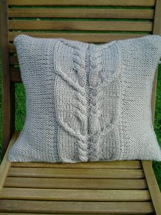 Cable knit pillow Loom Knitting, Hand Knitting, Knitted Cushions, Yarn Inspiration, Knit Pillow, Knitted Flowers, Crochet Home Decor, Purl Stitch, Diy Pillows