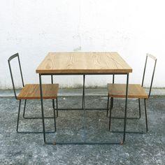 鉄のフレームにホワイトアッシュ材を組み合わせたシンプルなテーブル