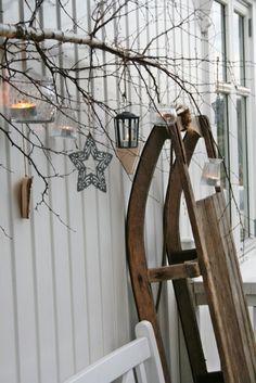 tolle Weihnachtsdeko für draußen | Schlitten an die Wand stellen | Birkenast an die Wand hängen, Sterne und Teelichter an den Ast hängen | Weihnachten