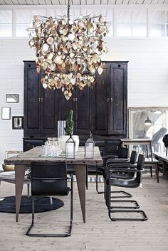 Interior: reclaimed wood table in the dining room - Seaofgirasoles