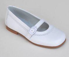 Zapato de piel para niña de primera comunión, sencillo y elegante. Roly Poly Shoes & Boots.