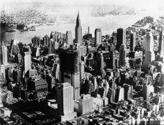 1932 - Vue aérienne de New-York, au centre le building Rockfeller avec des échaffaudages : il a coûté 1250 millions de dollars, 5600 personnes ont été employées à sa construction et à son aménagement. Photographie de presse : Acmé