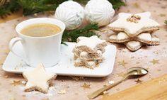 Škoricové hviezdy – skutočná klasika   Möbelix Blog Christmas Cookies, Blog, Cheese, Tableware, Recipes, Basket, Cookie Box, Food Food, Xmas Cookies