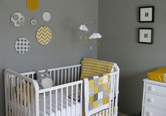 Une belle association jaune moutarde et gris pour cette chambre d'enfant... Le jeu de motifs graphiques dans les cadres ronds est très réussi.