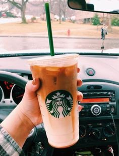 Is your bank account suffering because of your Starbucks addiction? Try out these 5 DIY Starbucks drinks that are just as tasty to save up cash! Starbucks Uk, Secret Starbucks Drinks, Green Tea Lemonade, Peach Green Tea, Very Berry Hibiscus Refresher, Caramel Frappuccino, Uk Recipes, Baking Recipes, Recipies
