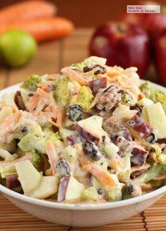 Ensalada Brocoli Manzana Mini: 1 brócoli cocido, 1 zanahoria, 1 manzana, 1 cebolla, 1/2 taza de nueces, 1/4 taza de uvas pasas, 1/2 taza de mayonesa, 1/2 taza de yogur natural, 2 cucharadas de jugo de limón, 1 cucharadita de azúcar, una pizca de sal y de pimienta negra molida