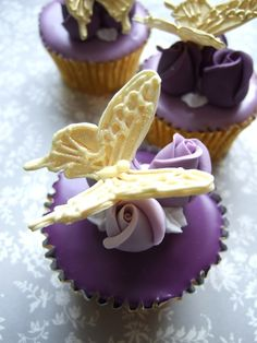 Lavender colored Cupcakes and Gold Butterflies. Looks like purple-tinted pour fondant. Fancy Cupcakes, Pretty Cupcakes, Beautiful Cupcakes, Yummy Cupcakes, Colored Cupcakes, Gold Cupcakes, Cupcakes Flores, Butterfly Cupcakes, Mini Cakes