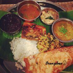 南インド タミル地方のお料理です 南インドでは料理に生のカレーリーフをよく使います。 香りが良くて炒め物には欠かせません。柔らかくて食べれちゃいます。 日本では手に入れるのが難しいですが、見つけたらぜひ!! rikk さん 気が向いたら作ってみてね  写真はカレー教室で作った料理です〜!クレープみたいなドーサ。初めて食べたけど美味しかった❤ - 198件のもぐもぐ - 南インド料理 青魚のフライ (カレーリーフがポイントです) by bronzebee