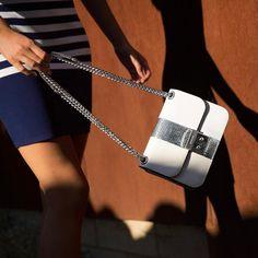A bag that can hang. Fashion Models, Fashion Tips, Fashion Trends, Trendy Handbags, Michael Kors, Fashion Photography, Photography Magazine, Editorial Photography, Editorial Fashion