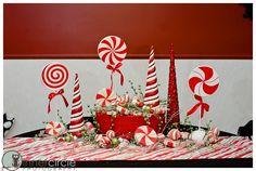 Centro de mesa de navida con temática de piruletas, bastones y dulces de menta de colores rojo y blanco. #CentroDeMesaNavidad
