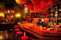 De Bazaar heeft het allemaal. Een restaurant, een club en een bar.Boven de bar hangt een grote luchtballon en de talrijke kaarsen roepen een sfeer op van de sprookjes van duizend-en-een-nacht. Hier komen verliefde koppels om een hapje te eten of wat te drinken. In het restaurant kun je verschillende gerechten eten.