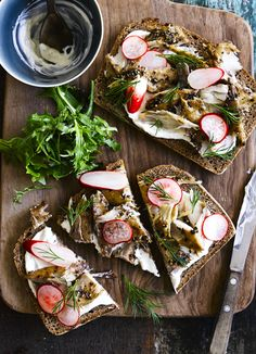 Smoked Mackerel Open Sandwich Recipe On Rye Bread This recipe for smoked mackerel on rye with horseradish cream and pickled radish makes for a great lunch or lighter dinner for one. The horseradish gives it a punchy kick. Open Sandwich Recipe, Easy Sandwich Recipes, Fish Recipes, Sandwich Fillings, Veggie Recipes, Horseradish Recipes, Horseradish Cream, Nordic Diet, Nordic Recipe
