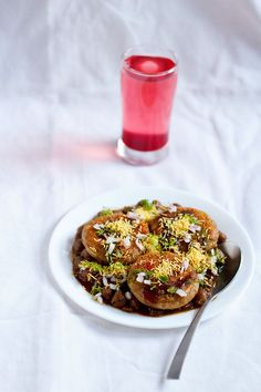 Aloo tikki chole chaat recipe - crisp & browned spiced potato patties served with a spicy north indian chickpea curry Easy Wedding Food, Wedding Blog, Vegan Indian Recipes, Ethnic Recipes, Indian Chickpea Curry, Indian Curry, Whole Food Recipes, Cooking Recipes, Rice Recipes