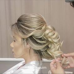 PARAAA TUDO 🗣 Que hoje é segunda-feira e tem vídeo novo 🤗 a inspiração de hoje é para as noivinhas 👰🏼 para uma proposta de penteado digno da realeza, escolhemos a linda @carlaferaraujo para divar  nas nossas mãos 😍 a makeup incrível ficou por conta do meu melhor é claro @o.bielmoura 💄💫 e essa grinalda bapho veio da riquíssima @maisonmariahoficial 💫 para agendamentos e cursos contatos 44 3346 4405 ☎️ou pelo WhatsApp 44 99753 6623 📲  Quem curtiu não esquece de deixar um comentário…