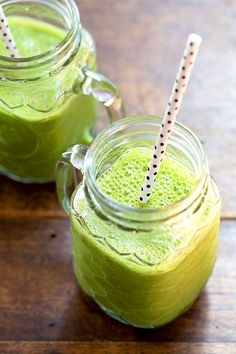 The 4 Ingredient Green Smoothie. This is the most simple green smoothie ever! Just 4 ingredients deliciously creamy and naturally sweet. Smoothie Vert, Juice Smoothie, Smoothie Drinks, Smoothie Cleanse, Juice Cleanse, Detox Drinks, Cleanse Detox, Green Smoothie Recipes, Healthy Smoothies