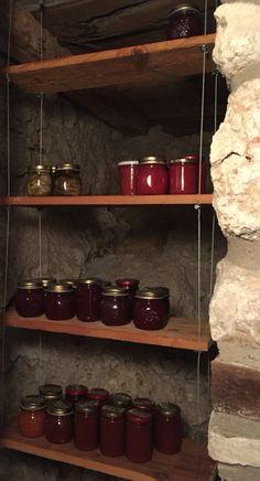 Una dispensa per piccoli vasetti fatti in casa. Come i prodotti che porta, richiama la naturalezza delle vecchie assi di legno naturali. Un cavetto di acciaio le sostiene e gli da un tocco moderno. Inserita all' interno di una stanza scavata sulla roccia diventa perfetta per la sua funzione oldstyle.