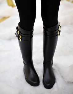 These Burberry Equestrian Belted Rain Boots are to die for. Available at Zappos Couture. Más Más