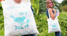 Initiez-vous, comme nos lectrices, à la peinture sur tissu avec cette vidéo pour réaliser un totebag à votre image. Résultat : un joli sac imprimé et tendance pour l'été !               ...