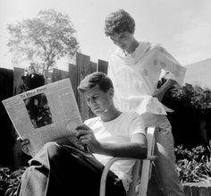 Jackie looking over John's shoulder as he reads the May 7 issue of the Christian Science Monitor on Mother's Day. By Orlando Suero Jaqueline Kennedy, Jacqueline Kennedy Onassis, Les Kennedy, John Kennedy, Jackie Kennedy Pink Suit, Orlando, 9 Mai, Headlines Today, John Fitzgerald