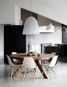 Casa de inspiración nórdica, decorada en blanco y negro, en Australia