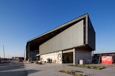 Gallery of Logistics, Sales and Shelter of Expedition Building / Bastias|Cardemil arquitectos + Sabbagh Arquitectos - 2