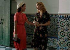 Sira Quiroga vestido coral con Rosalinda Fox. El tiempo entre costuras. Capítulo 5