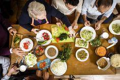 Der syrische Koch Hanna Saliba hat mit Neuankömmlingen aus seiner Heimat gekocht. Das Ergebnis ist ein farbenprächtiges Festessen, das verbindet. Hier finden Sie ausgewählte Rezepte zum Nachkochen.
