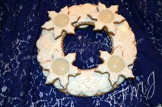 White on white royal icing gingerbread advent wreath./ Hófehér mézeskalács adventi koszorú.
