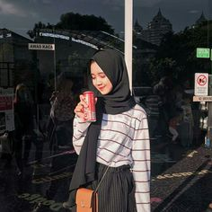 Modern Hijab Fashion, Street Hijab Fashion, Hijab Fashion Inspiration, Muslim Fashion, Casual Hijab Outfit, Ootd Hijab, Cute Casual Outfits, Teen Fashion Outfits, Ootd Fashion