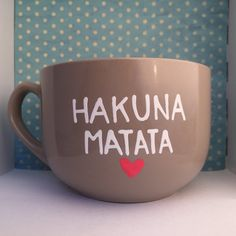 Hakuna Matata It means no worries big black mug  This heat cured soup mug holds approximately 550ml/ 18.6oz and measures 8cm/3.1inches in height. It
