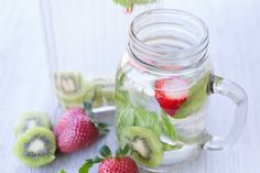 Enjoy this fast and free detox water recipe that combines strawberry and kiwi together in order to make a delicious weight loss drink that also cleanses your system! Water Recipes, Detox Recipes, Juice Recipes, Healthy Chicken Recipes, Healthy Dinner Recipes, Vegetarian Recipes, Kiwi Detox Water, Healthy Drinks, Healthy Eating