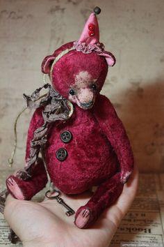 Сшит медведь из винтажного плюша, красивого вишнёвого цвета. Рост 19 см, глаза стекло, имеет 5 шплинтовых соединений. Ленты шёлк, тяжёленький) / 3 800р