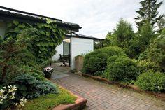 Istutusten ja nurmikon rajaus - Kotipuutarha Sidewalk, Outdoor Decor, Side Walkway, Walkway, Walkways, Pavement