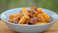Rigatoni med villsvin er en italiensk delikatesse fra Toscana. Hvis du ikke får tak i kjøtt av villsvin er svinebog et godt alternativ. Wok, Mozzarella, Pasta Recipes, Sweet Potato, Carrots, Rigatoni, Potatoes, Chicken, Vegetables