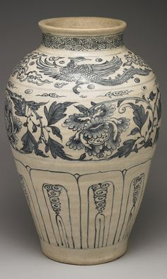 Vietnamese vase with phoenix-and-peony décor in underglaze blue. Late 15th-early 16th centuries. Height: 40.8cm, MD: 14.8cm. Museum of Taipei, Taiwan