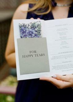 Aprovechar el programa de la boda para dar a los invitados un pañuelo de papel, una bolsita con confeti, o algo que pueda servirles, te ahorra esfuerzo después y es un lindo detalle.