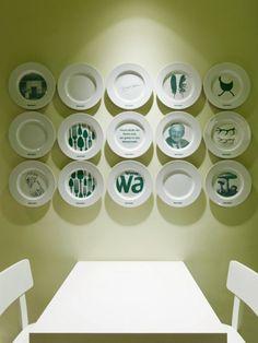 Parede com pratos decorativos com disposição linear.