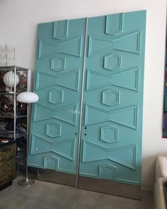 Decor Is it weird that a pair of entry doors, can make our hearts skip a beat? Mid Century Modern Door, Mid Century Exterior, Mid Century Decor, Mid Century House, Mid Century Style, Mid Century Modern Design, Mid Century Furniture, Palm Springs Mid Century Modern, 1950s Decor