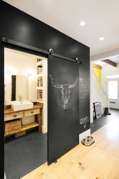 peinture ardoise et porte coulissante suspendue noire décorée d'un taureau à la craie