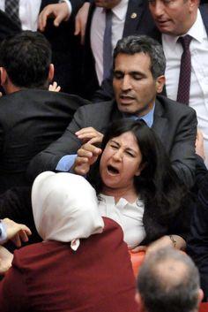 Streit um Immunität: Wieder wüste Schlägerei im türkischen Parlament