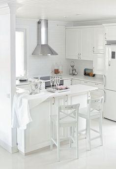 Keittiökalusteet ovat K-raudasta, uudet vetimet löytyivät Rakennusapteekista. Ikean tuolit Tuire maalasi vaaleanharmaiksi.
