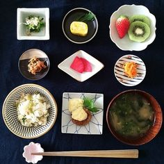 豆皿をたくさんつかうと贅沢な気分になりますね。 朝から優雅な時間を過ごせる、そんな役割も果たしてくれます。 いろいろなデザインを使って、魅せることが大事。