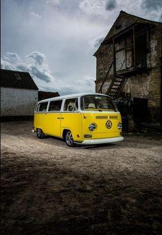 yellow VW bus-way cool! Volkswagen Transporter, Volkswagen Bus, Vw Bus T2, Transporter T3, Bus Camper, Vw T1, Yellow Car, Mellow Yellow, Yellow Black