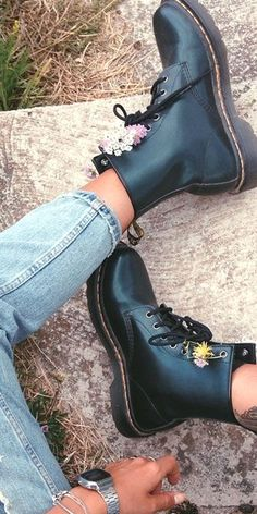 DR MARTENS 1460 Smooth Pimp your Doc Martens with flowers, chains and feathers for an individual festival look! Dr Martens 1460, Dr Martens Boots, Doc Martens Black, Doc Martens Women, Doc Martens Style, Sock Shoes, Cute Shoes, Me Too Shoes, Shoe Boots