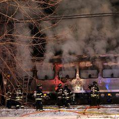 Vigili del fuoco spengono l'incendio scoppiato dopo l'incidente tra un treno ed un'automobile a #NewYork