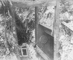 1916 - Sur le front de Picardie, entrée d'un souterrain habité par des officiers boches. Photographie de presse : Agence Rol