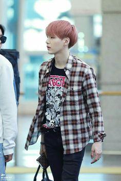 Vc vê Min Yoongi desembarcando no aeroporto aí ele te vê e acena, aí vc desmaia