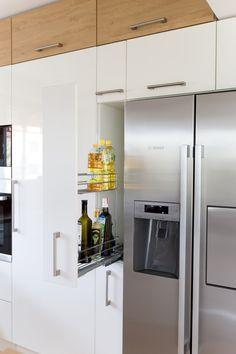 Bílá kuchyně s americkou lednicí | Barbora Grünwaldov á Kitchen Room Design, Kitchen Interior, Bunk Bed Rooms, Small Apartment Kitchen, Kitchen Cabinets, Kitchen Appliances, French Door Refrigerator, Small Apartments, Kitchen Storage