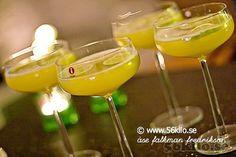 Jag älskar verkligen att prova nya drinkar! Ligger ju nära till hands till mitt mat och vinintresse. Vanlig Cosmopolitan älskar jag men har provat lite andra varianter och här kommer två goda! Den sista hittade jag nyss på! Blev suuuupergod! Så håll till godo! PS Aika, Pia & Mathilda, denna får ni på fredag! :) […] Cocktail Drinks, Cocktails, Cosmopolitan, Lchf, Vodka, Dining, Tableware, Recipes, Food
